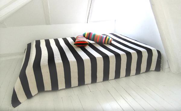 Sengetæppe sort hvid – Bordben jern